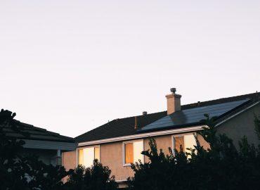 Jak przebiega i ile kosztuje montaż instalacji fotowoltaicznej na budynku gospodarczym?